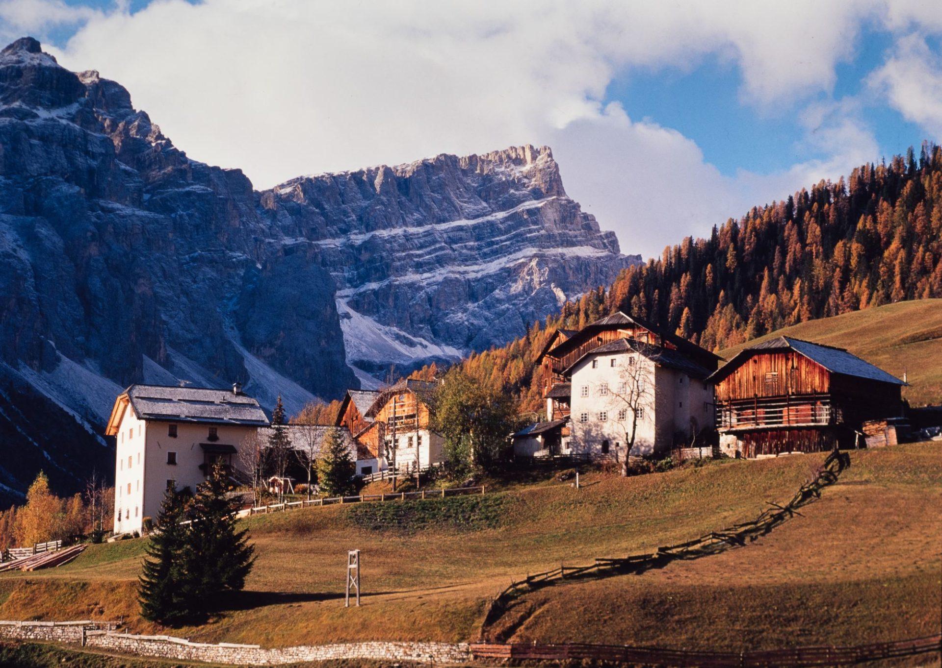 Das Bergsteigerdorf Lungiarü: Verborgen und verwurzelt