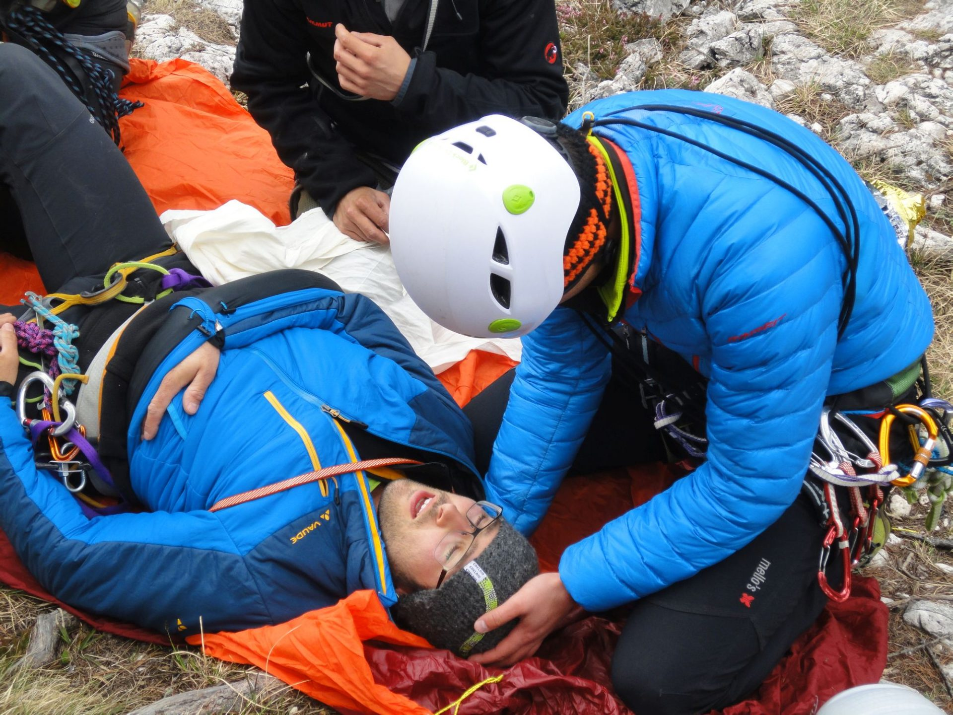 Erste Hilfe und Betreuung des Verletzten © Ewald Guarda